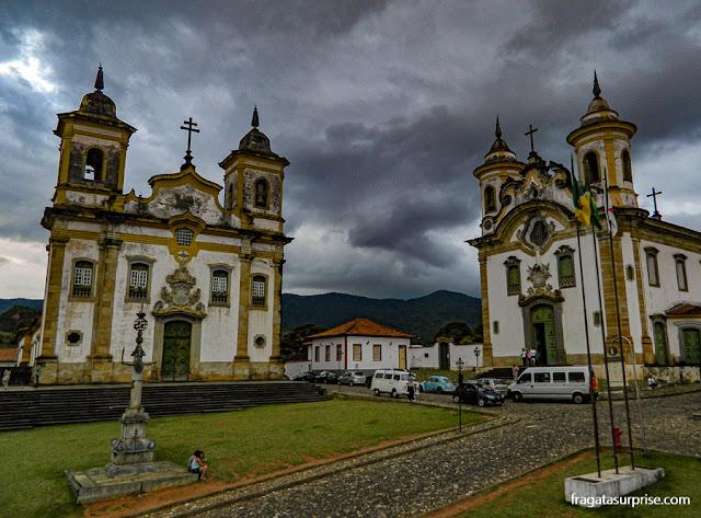 Igrejas de São Francisco e do Carmo,   na Praça Minas Gerais, em Mariana