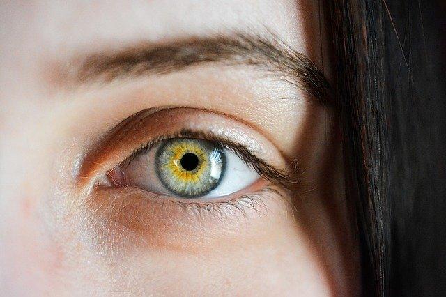 6 نصائح لبشرة صحية وشبابية حول العينين طبقيها من اليوم