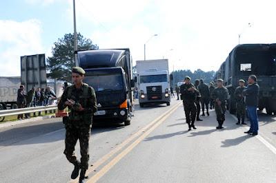 PRF e Exército liberam Rodovia Régis Bittencourt