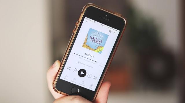 Fotografía de mi móvil con la aplicación Audible abierta. Estoy escuchando El Origen Perdido de Matilde Asensi, capítulo dos.