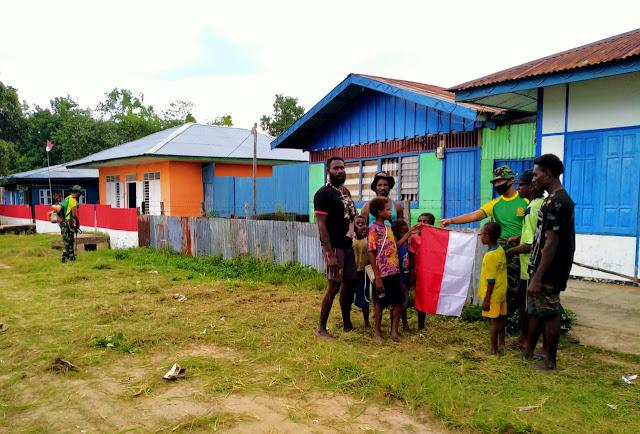Jelang HUT RI Ke-75, Satgas Yonif 754 Kostrad Ajak Masyarakat Kimam Pasang Bendera