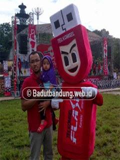 gambar kostum badut lombok timur ntb maskot telkomsel flash