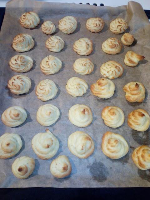 rozetki ziemniaczane rozetki z gotowanych ziemniakow rozetki pieczone gwiazdki ciastka ziemniaczane