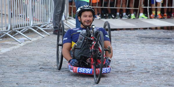 Paratleta conquista medalha de ouro em dois torneios do triatlo com apoio do Sesi/PE