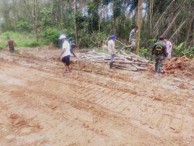 Di Akhir Program TMMD, Masih Ada Kebersamaan TNI-Warga Pembersihan Jalan
