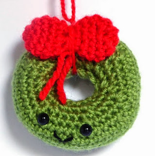 http://translate.google.es/translate?hl=es&sl=en&u=http://mysteriouscats.com/crochet-christmas-wreath-amigurumi/&prev=search
