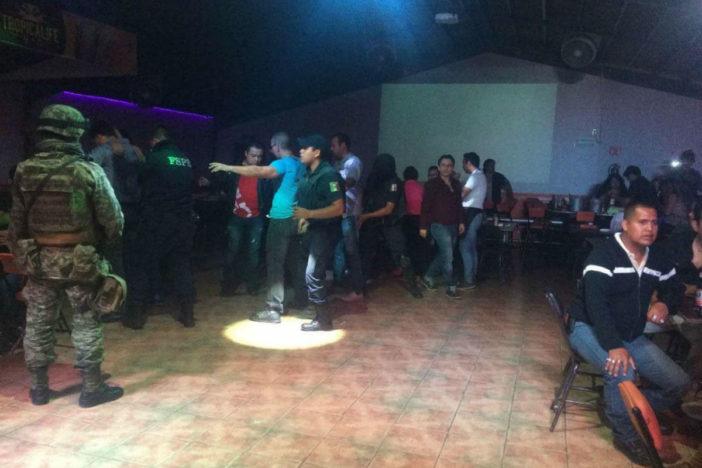 """Sicarios desatan masacre en bar """"Negros"""" de Celaya, Guanajuato dejando 5 muertos y 5 heridos; encuentran granada que no explotó"""