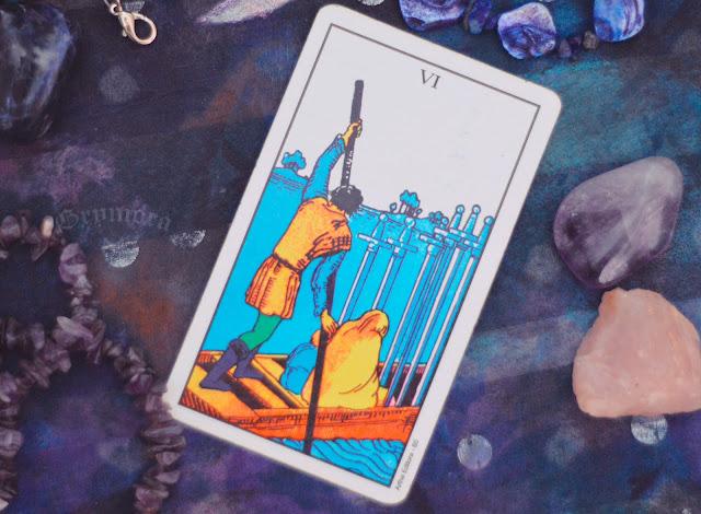 Saiba o significado da Carta do 6 de Espadas no Tarot do amor, dinheiro e trabalho, na saúde, como obstáculo ou invertida e como conselho.