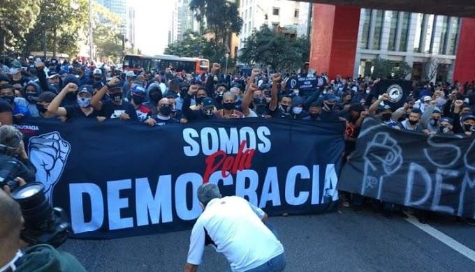 Gaviões da Fiel e torcida organizada do Palmeiras fazem manifestação antifascista na Avenida Paulista