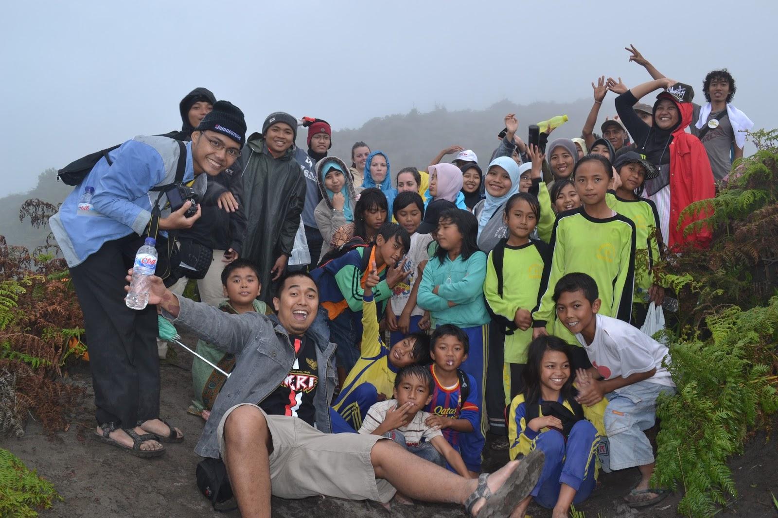 Hiking bersama anak-anak dalam voluntourism Bromo Book for Mountain