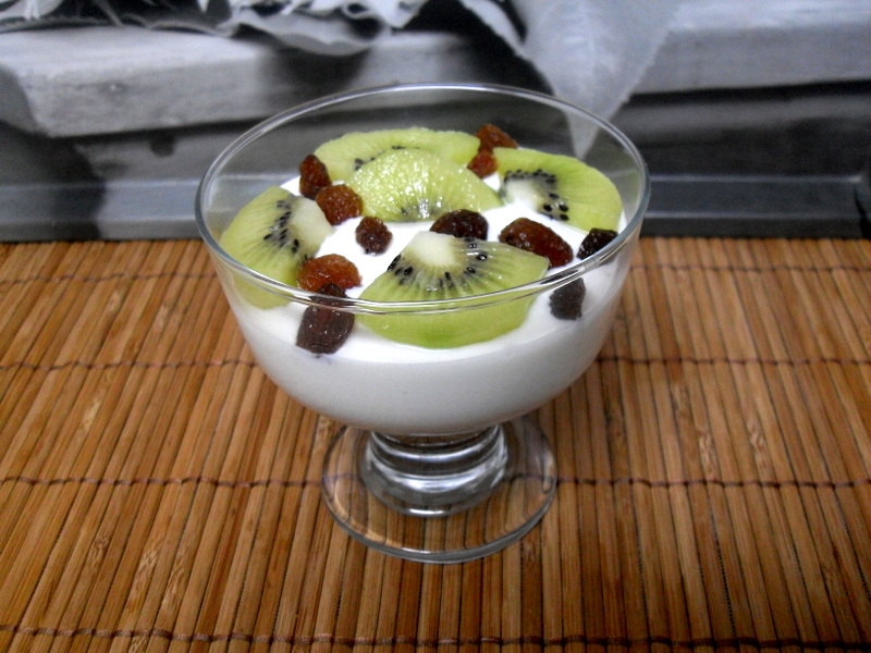 Crema de yogur y queso con kiwi sin lactosa.