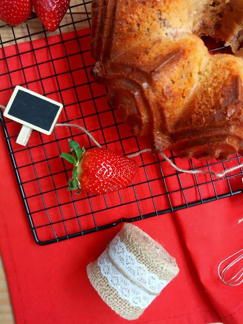 Bundt cake de sirope de arce con nueces y fresas. Maple, walnuts and strawberries bundt cake.  Desayuno, merienda, postre, recetas de temporada. Nordicware Cuca
