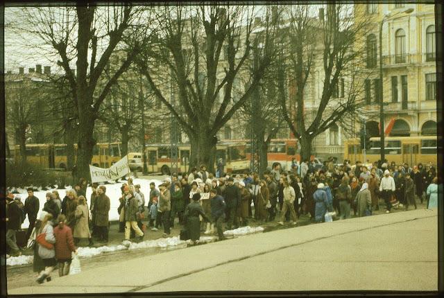 27 апреля 1988 года. Перекресток улицы Ленина и бульвара Райня. Участники акции против строительства метро в Риге проходят возле монумента Свободы