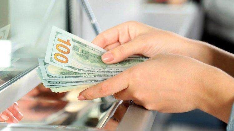 Marcha atrás, los beneficiarios del IFE podrán seguir comprando dólares