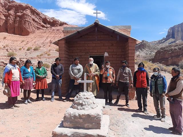 Cucho Huasi traditionelles Gruppenfoto nach dem Gottesdienst