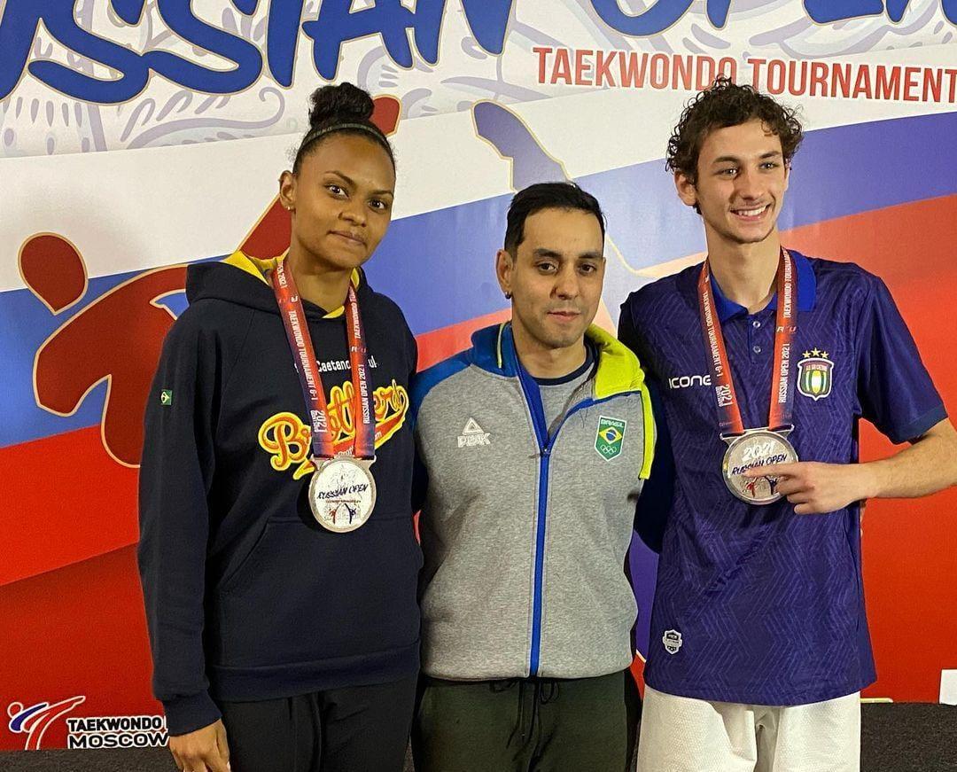 Raiany Fidélis e Gabriel Fabre, ao lado do treinador Clayton, com a medalha de prata