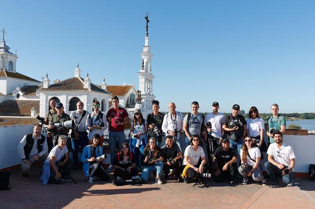 Fotografía de grupo en la aldea de El Rocío
