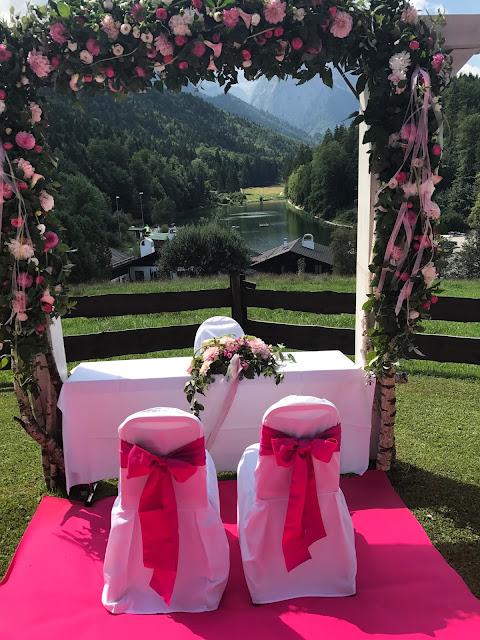 Torbogen zur freien Trauun, Pink travel themed wedding - Reise ins Glück Hochzeitsmotto im Riessersee Hotel Garmisch-Partenkirchen, Bayern Sommerhochzeit im Seehaus in den Bergen, Hochzeitsplanerin Uschi Glas