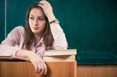 Maestros sin derecho a tiza. Miles de  profesionales no han podido trabajar como docentes pese a aprobar las oposiciones con nota