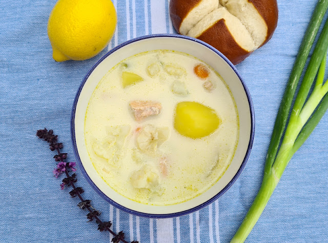 Rezept: Schwedische Sommersuppe mit Lachs. Für die leckere, sommerliche Suppe aus Schweden zeige ich Euch auf Küstenkidsunterwegs die Zutaten und die einfache Zubereitung mit Lachs, Gemüse und Kartoffeln!