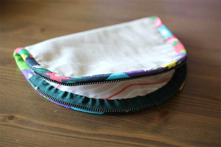 """Dumpling"" type Pouch / Cosmetic Zipper Bag.  DIY Tutorial in Pictures."