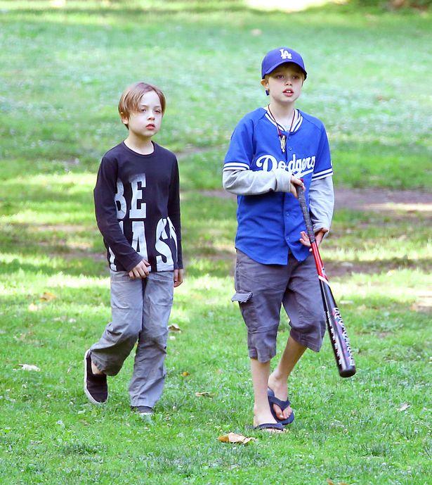 James, 43, levou os filhos biológicos do casal, Shiloh, 10 e os gêmeos de oito anos de idade Vivienne e Knox, a um parque de Los Angeles.