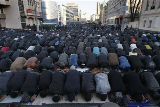 Video: Islamization of Moscow - Half a Million Muslims in Illegal Mass Street Prayer