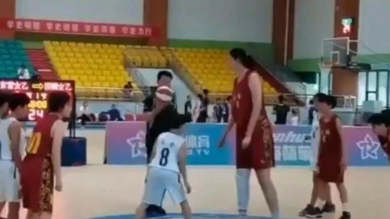 14χρονη αθλήτρια μπάσκετ με ύψος... 2.27 μέτρα