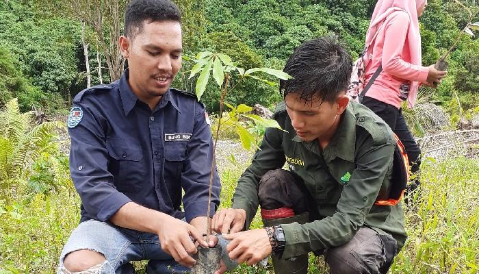 G-PAL Subulussalam Bareng LPHD Pasir Belo Tanam Ratusan Pohon Diarea Sungai Lae Soraya