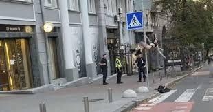 Стриптиз на дорожном знаке: в Киеве неизвестная девушка в нижнем белье станцевала на виду у полицейских. ВИДЕО