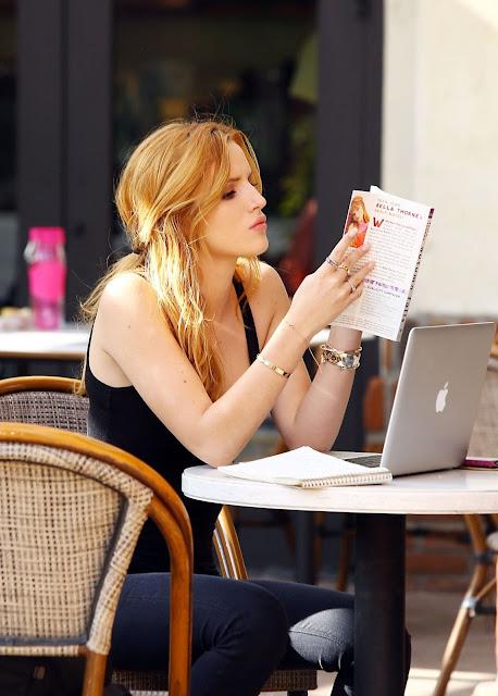 kafenisanje-citanje-knjige-u-kafeu-devojka-sa-laptopom