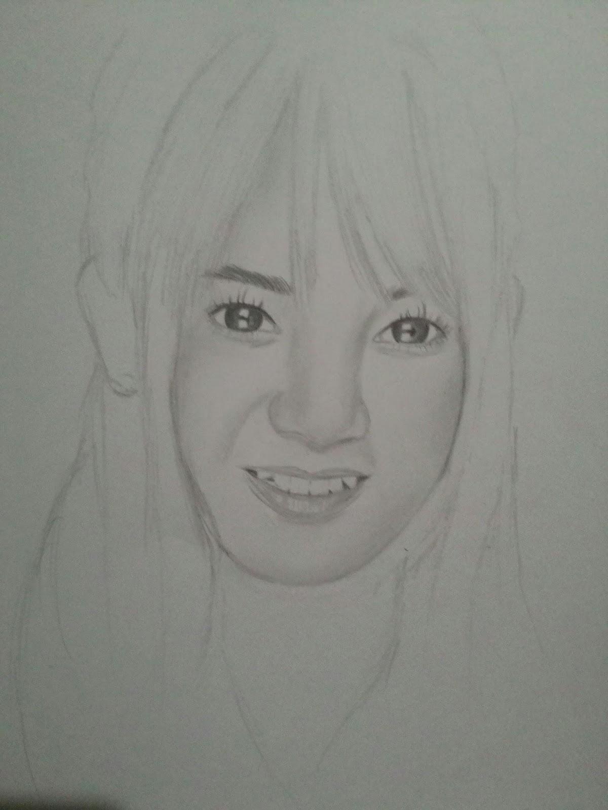 Setelah kalian membuat sketsa dasar dari objek kalian selanjutnya kalian boleh mengarsir menebalkan bagian wajah dahulu ataupun rambut dahulu