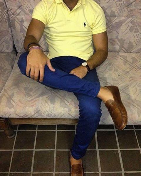 look masculino com polo amarela