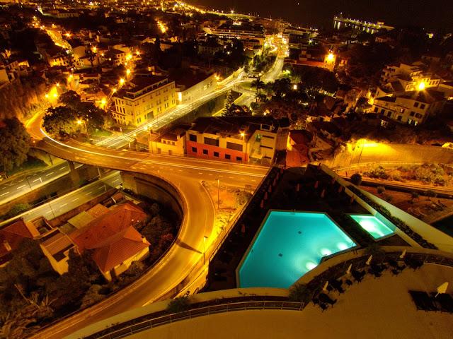 um hotel com a cidade aos pés