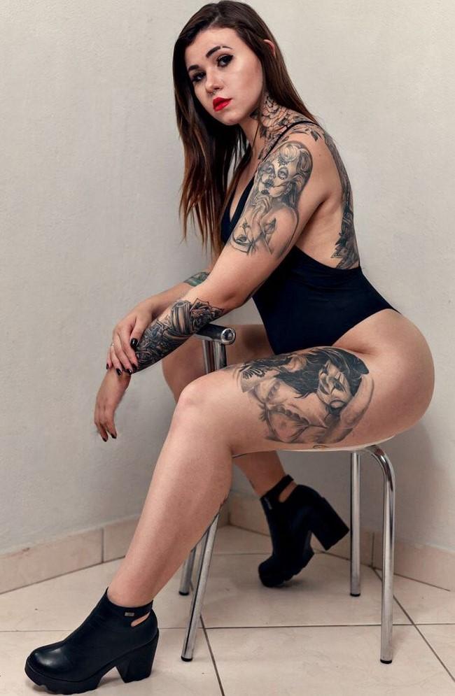 Lindas mulheres de tatuagem