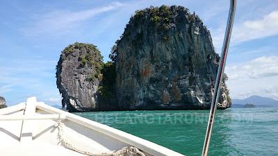 Pulau Bentuk Kapal Besar Menjadi Batu