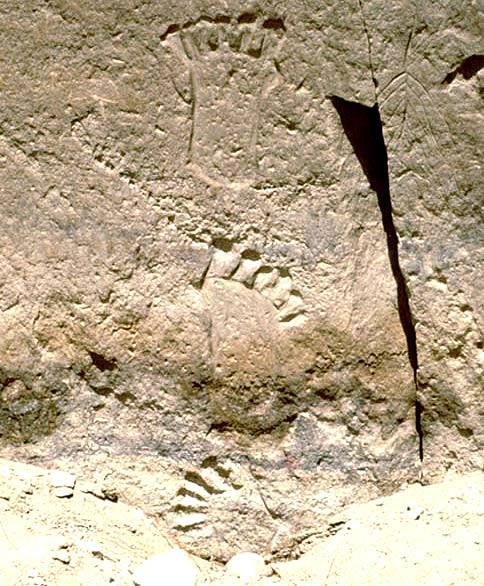 Huellas de pies con seis dedos grabadas sobre la piedra en las cercanías de Pueblo Bonito, cañón del Chaco, Nuevo México.