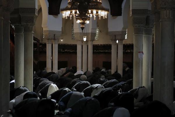 """""""Dérogations"""" pour la prière, examen décalé, marché illégal : le ramadan ou le couvre-feu à deux vitesses ?"""