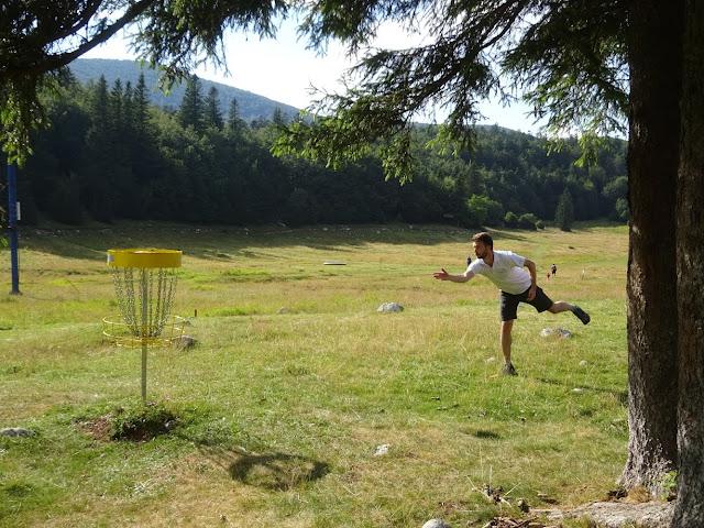 Disc golf bacanje