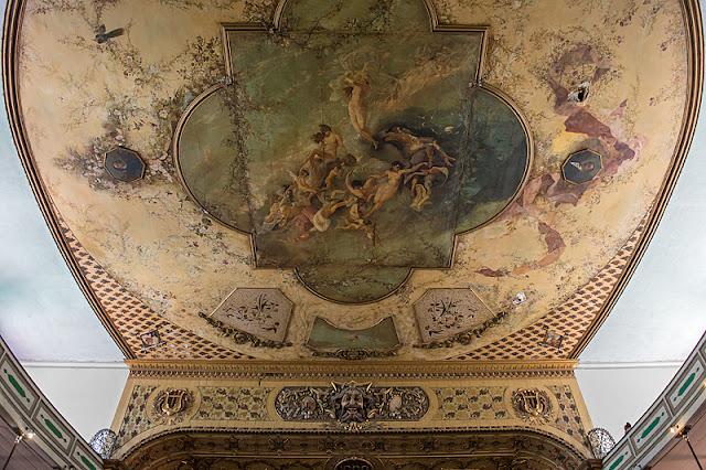 Le plafond du théâtre Tomas Terry