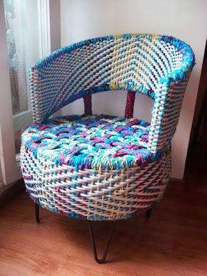 Un sillón hecho con llanta recubierto con tejido de manera artesanal.