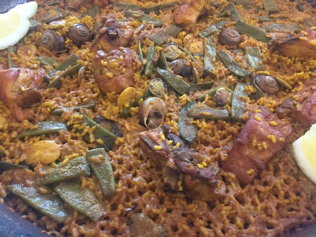 Detalle de la paella de pollo y conejo del restaurante casa Borras