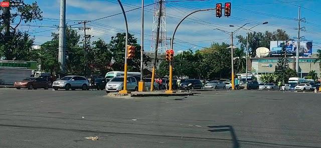 Al mediodía de hoy toque de queda no se cumplía en SDO y provocaba largos tapones en Los Alcarrizos
