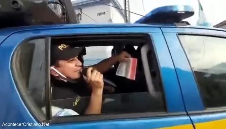 Policías guatemaltecos predican el Evangelio desde vehículos policiales