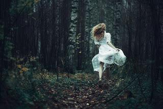 mulher a fugir