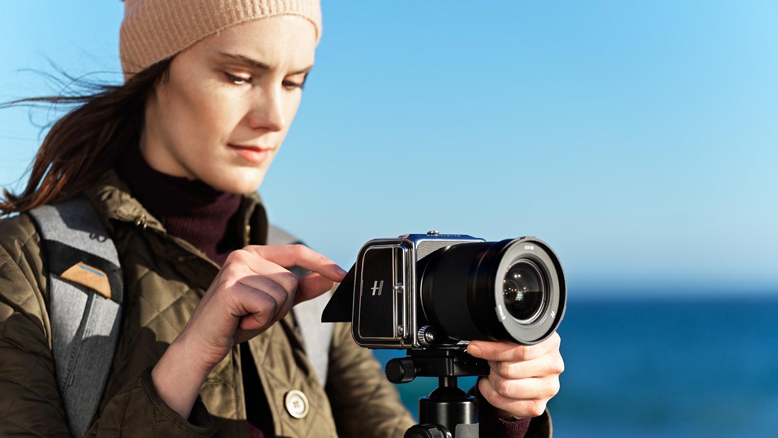 Девушка-фотограф с камерой Hasselblad 907X 50C