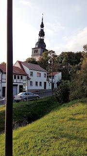 Fotografia da torre inclinada da igreja, em Bad Frankenhausen