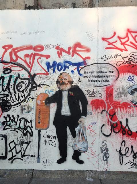 Wheath pasting de Carlos Marx en el muro de Berlín
