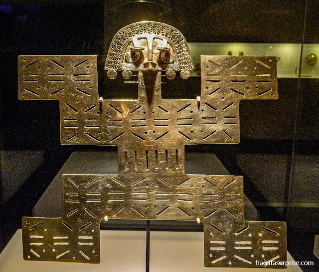 Adorno peitoral da cultura Tolima, no Museu do Ouro de Bogotá