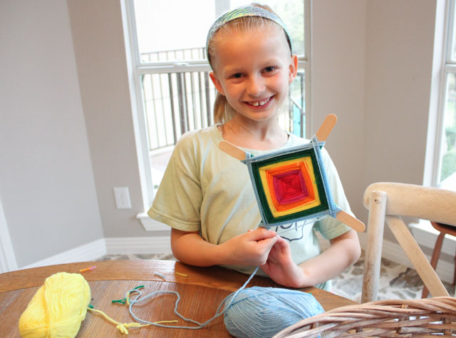 How to make God's Eyes (Ojo de Dios) - such a fun kids craft idea! #godseyes #ojodedios #kidscraft